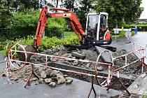 Kvůli betonu v kanalizaci museli znovu rozbít novou silnici a chodník v Nemilanech