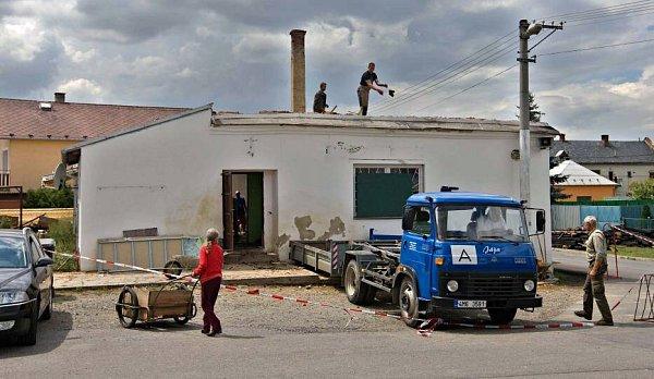 VKomárově shořela střecha kulturního domu