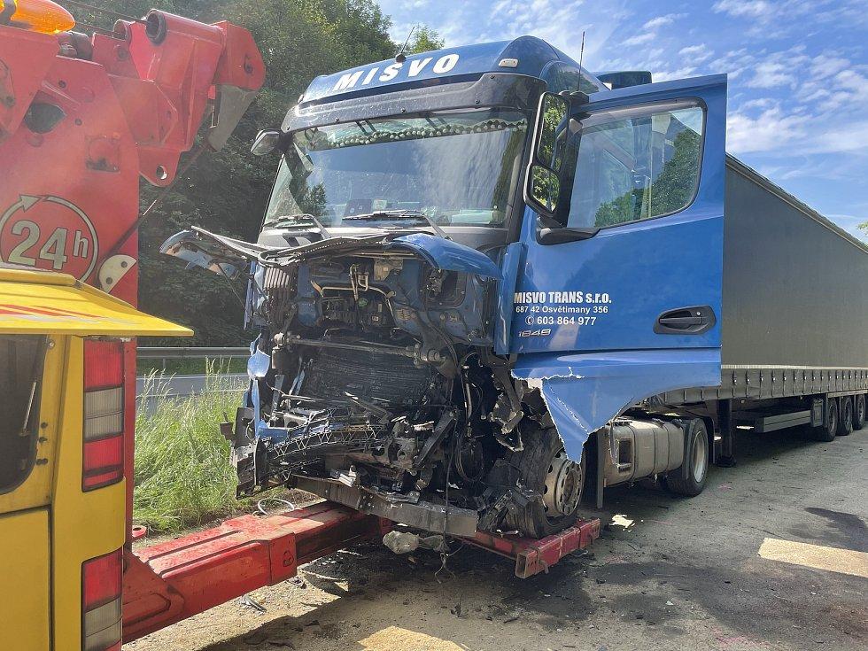 Na odstavném parkovišti u Lipiny se stala tragická nehoda, 11. června 2021 - odvoz kamionu, do kterého nabourala fabia s mladými lidmi