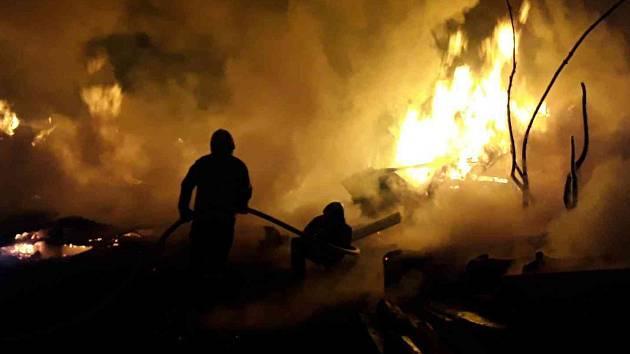 Požár několika chatek v Moravském Berouně na Olomoucku v noci ve čtvrtek 18. dubna