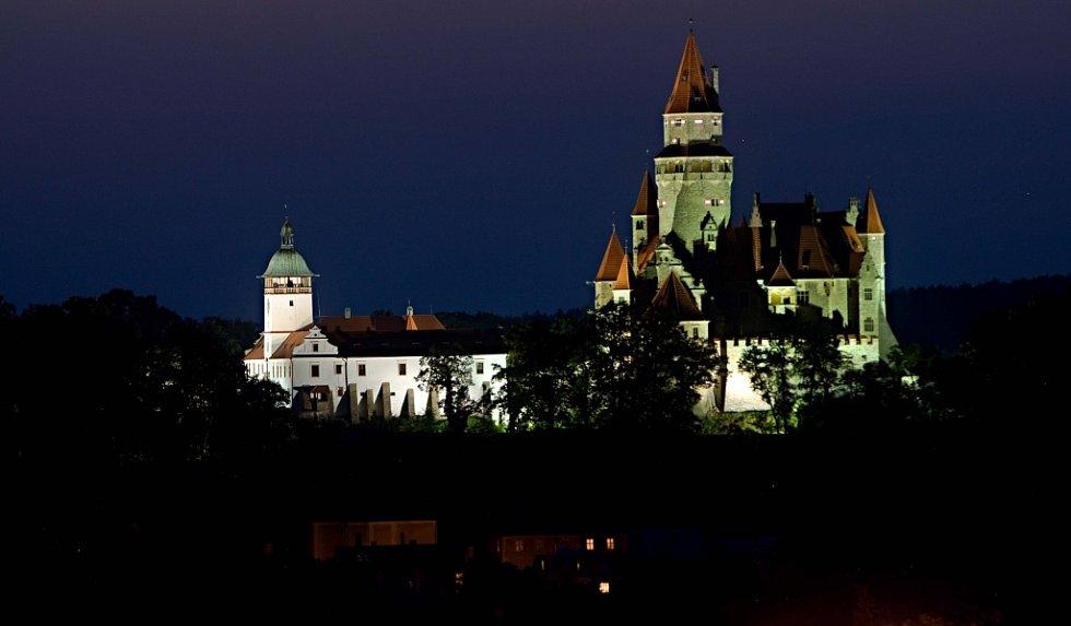 Nasvícený hrad Bouzov