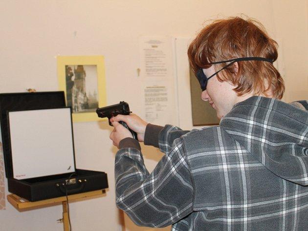 Nevidomí a slabozrací soutěžili v simulované střelbě.