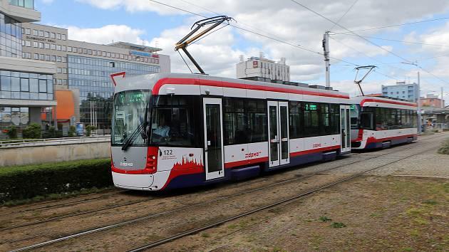 Oboustranná tramvaj EVO 1/o ( vpředu ) a EVO 1 olomouckého DPMO.
