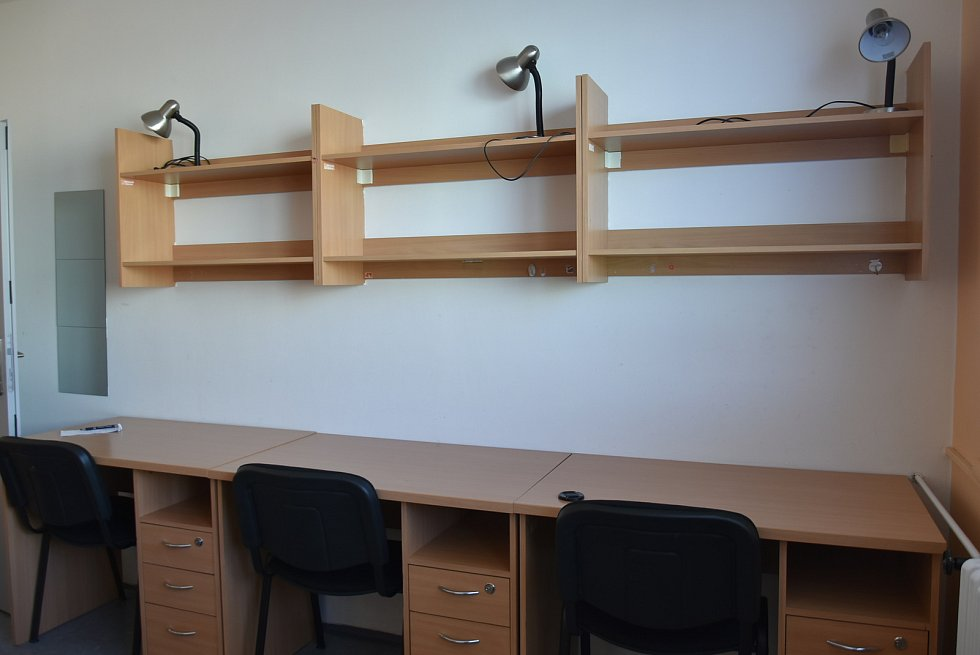 Věci si studenti mohou odkládat na stůl, do šuplíku nebo do poličky. Lampičky během roku stojí na stole