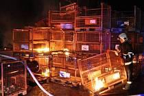 Hasiči zasahovali u požáru stavebního materiálu ve Šternberku
