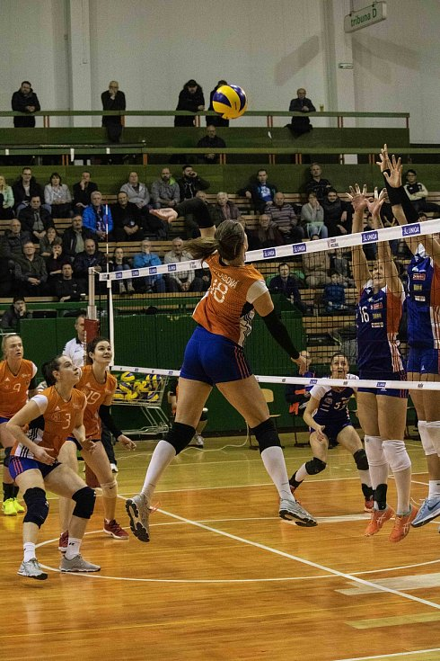 Volejbalistky Olomouce (v modrém) porazily Šternberk 3:0.