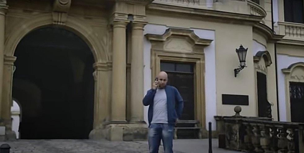 Screen z filmové minisérie Živé terče. Klášterní hradisko