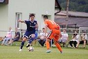 Uničovští fotbalisté porazili v přípravném zápase s béčkem Sigmy (v oranžovém) 6:2. Tomáš Vasiljev (vlevo)
