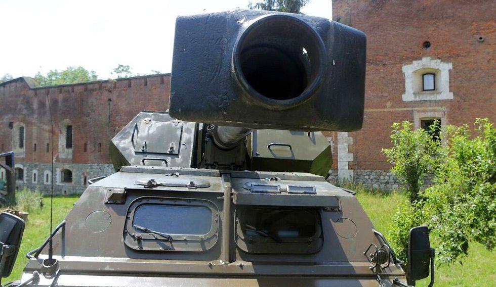 Historická vojenská technika z dob Čs. lidové armády na cestě z olomouckého fortu do Kunovic