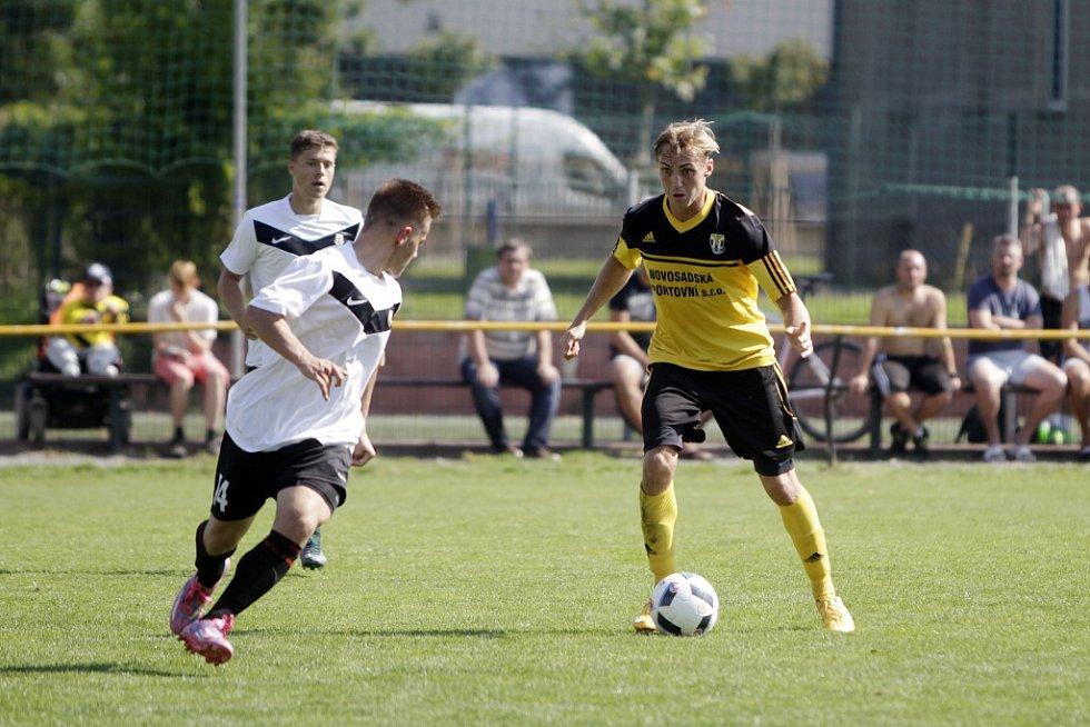 Olomoucký divizní tým Nové Sady (ve žlutém) podlehl rezervě Opavy 1:3. David Alexa (u míče).