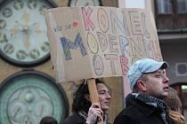 Několik desítek lidí se ve čtvrtek 17. listopadu sešlo před orlojem na Horním náměstí v Olomouci. Přišli vyjádřit svou nespokojenost s politiky a společenským děním.
