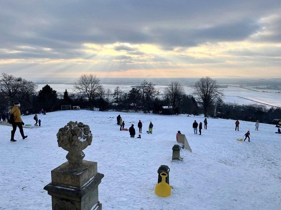 Zimní radovánky před bazilikou na Svatém Kopečku, 17. ledna 2021