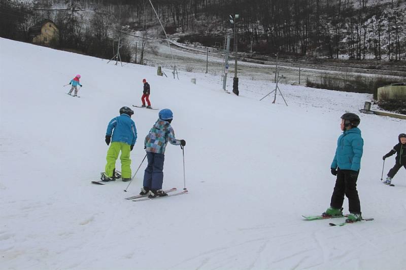 Sněhovou peřinou pokrytý svah na Hrubé Vodě, místní části Hluboček na Olomoucku se v sobotu zaplnil lyžaři.