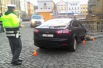 Nehoda služebního vozidla Generální inspekce bezpečnostních sborů v centru Olomouce