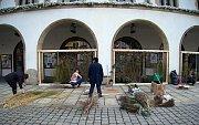 Příprava květinové výzdoby v podloubí olomoucké radnice k výročí 100 let republiky