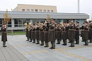 Ke slavnostní připomínce Dne boje za svobodu a demokracii se před Právnickou fakultou v Olomouci sešli zástupci města, armády a Univerzity Palackého a desítky dalších lidí.