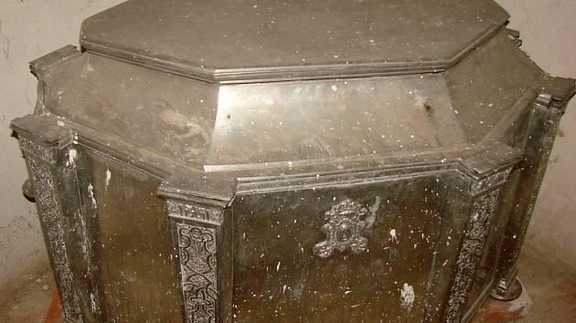 Velký sarkofág v kostele sv. Štěpána v Olomouci obsahuje dřevěnou schránku s ostatky olomouckých přemyslovských knížat