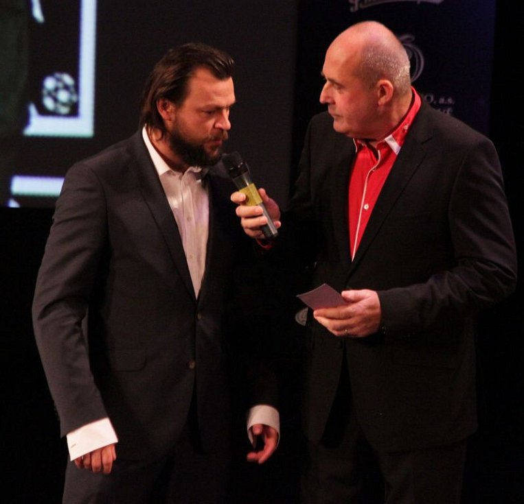 Tomáš Ujfaluši a moderátor večera Petr Salava. Vyhlášení Sportovce Olomouckého kraje za rok 2014 v Městském divadle v Prostějově