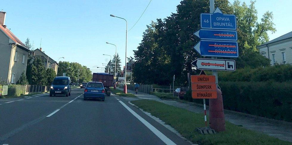 Oprava vytíženého průtahu ve šternberské Věžní ulici začala. Motoristé musejí po objížďce