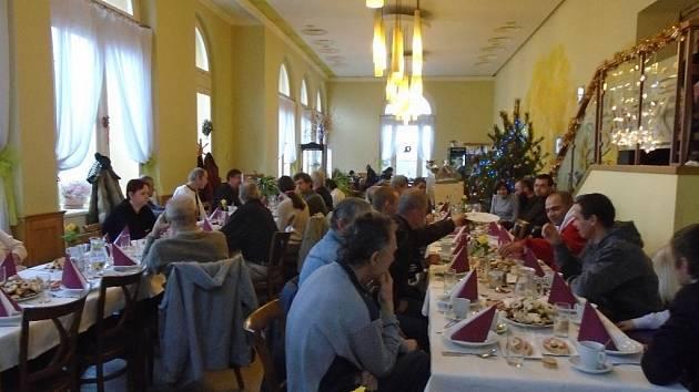 Středisko SOS v Olomouci uspořádalo na Štědrý den v restauraci Fontána tradiční vánoční setkání pro osamělé.