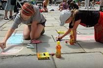 Svátky města: malování na chodník před olomouckou radnicí