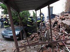 Zřícení zdi ve dvoře v Aksamitově ulici v Olomouci
