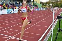 Eliška Nerudová úspěšně dovršuje triumf starších žákyň ve štafetě 4x400 m na mistrovství ČR družstev v Olomouci.