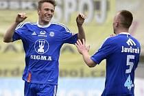 Šimon Falta (vlevo) a Jan Javůrek z Olomouce se radují z gólu
