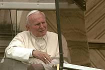 Papež Jan Pavel II. v papamobilu projíždí v Olomoucí