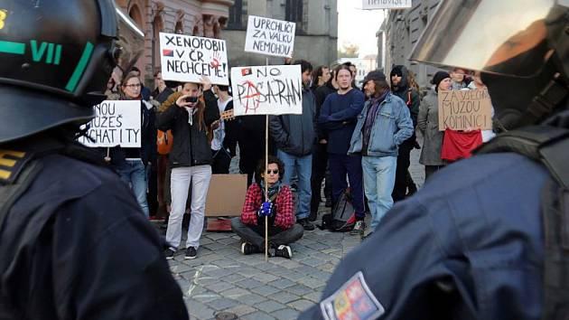 Odpůrci demonstrace proti migraci v Opletalově ulici v centru Olomouce