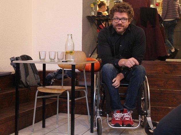 Jan Povýšil na vernisíži výstavy PodVodou volomoucké kavárně Kafe jako lusk