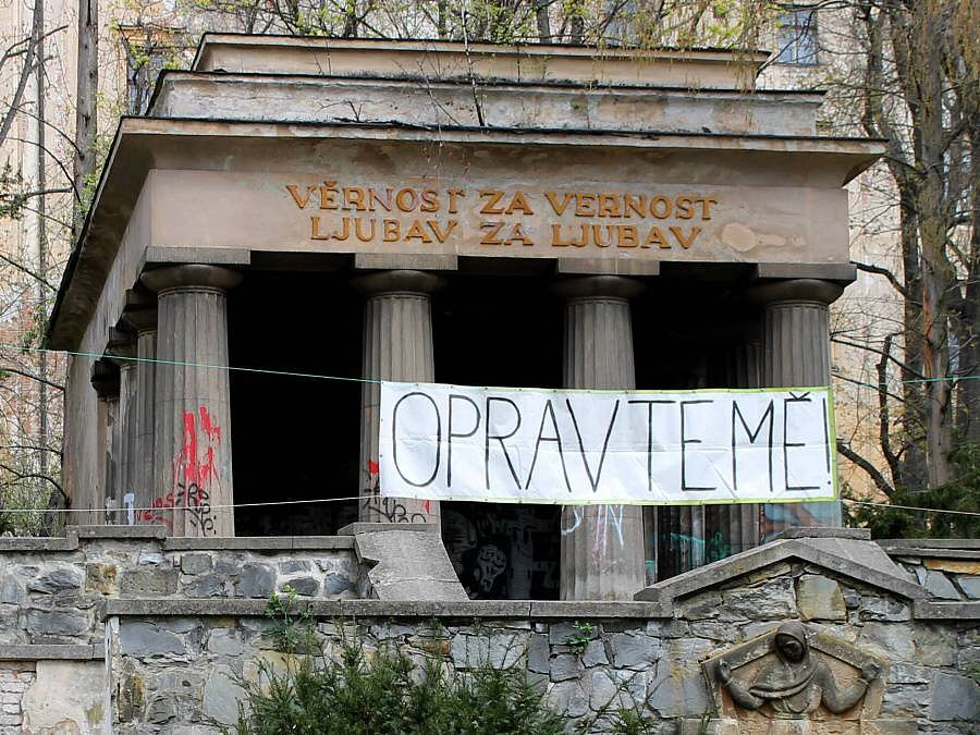 Jihoslovanské mauzoleum v Bezručových sadech s výmluvným transparentem