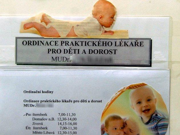 Dveře ordinace dětského lékaře J.Š. v Jívové.