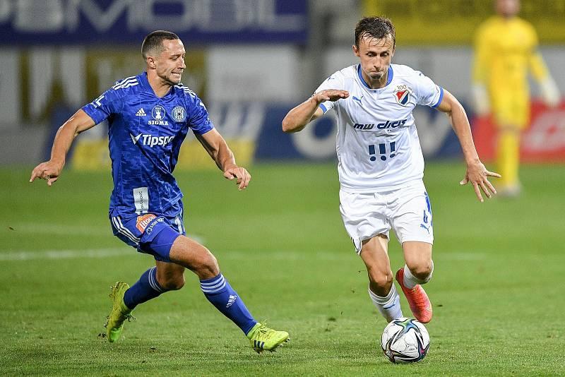 Utkání 8. kola první fotbalové ligy: SK Sigma Olomouc - FC Baník Ostrava 17. září 2021 v Olomouci. (zleva) Jan Sedlák z Olomouce a Daniel Tetour z Ostravy.