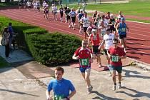 Start Hanáckého půlmaratonu na atletické dráze Lokomotivy