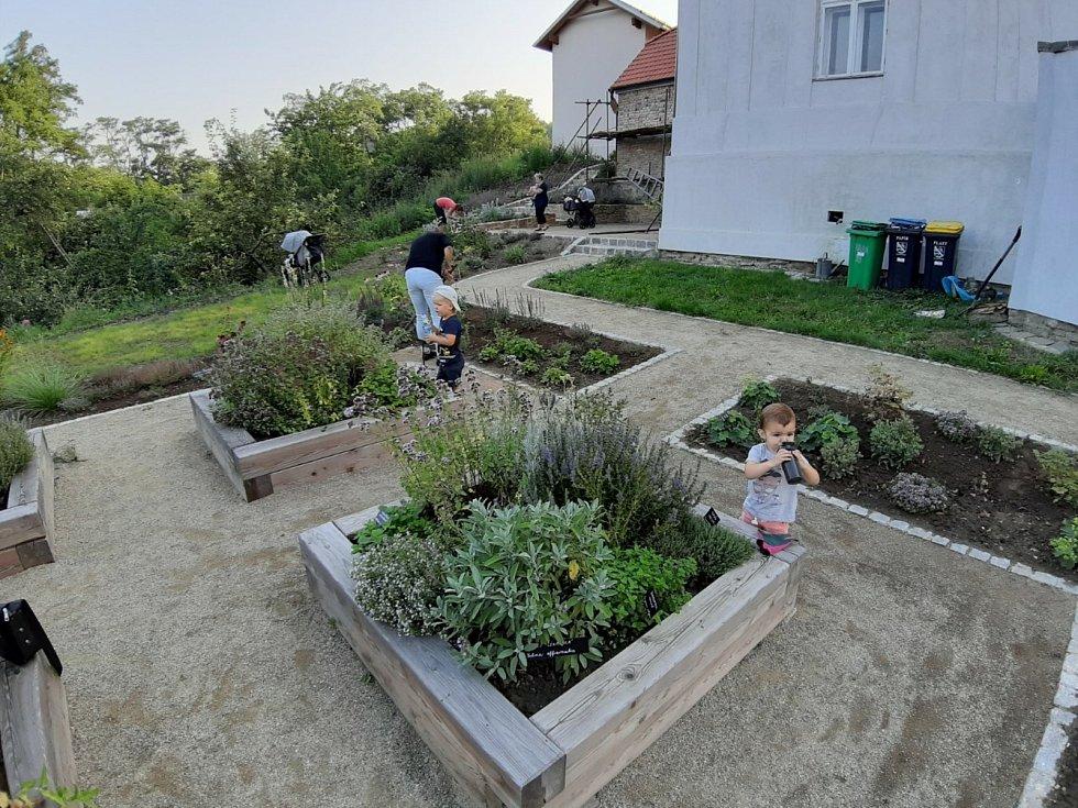 Nová zahrada v areálu fary Slatinice.