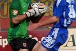 Blažek chytá míč před Hartigem.