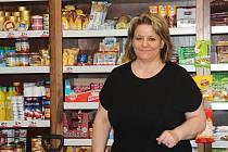 V obchodě v Luběnicích pracuje Jana Vitonská už mnoho let. Nejdříve prodejnu provozovala sama a byla tam v nájmu, nyní je zaměstnankyní obce.