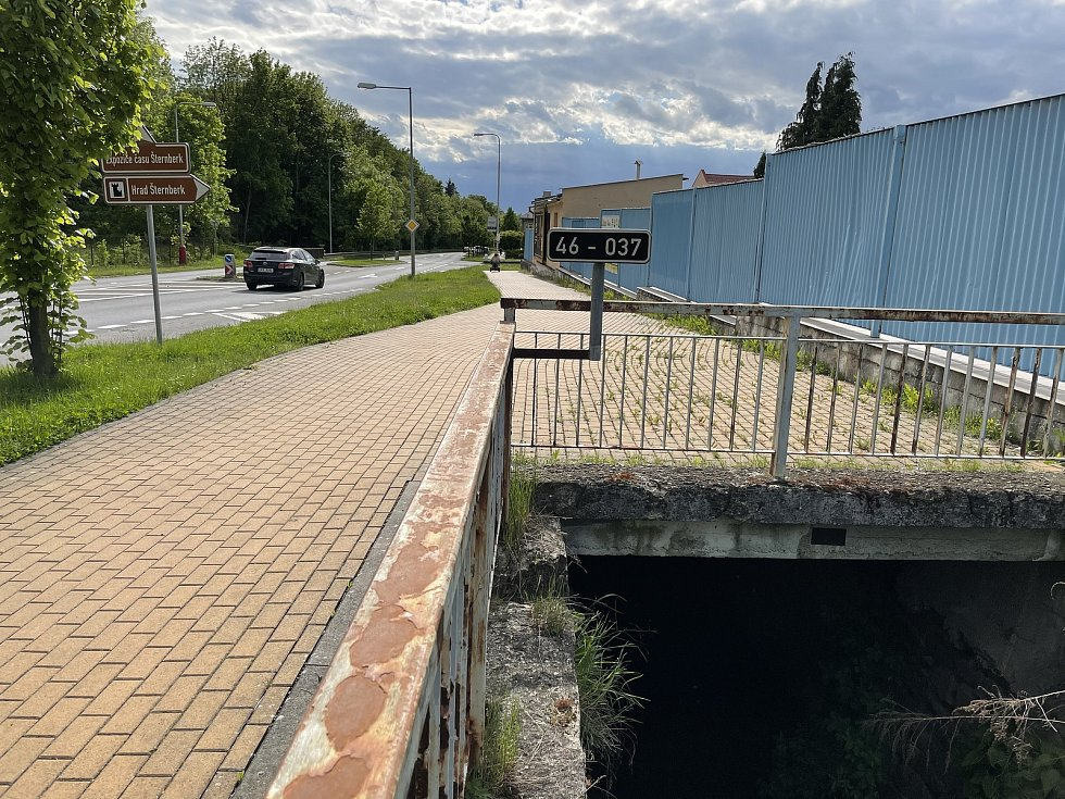 Silnici I/46 v Jívavské ulici ve Šternberku na hlavním tahu na Opavu zavře oprava mostu.