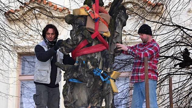 Snesení sochy sv. Floriana na Žerotínově náměstí v Olomouci kvůli opravě