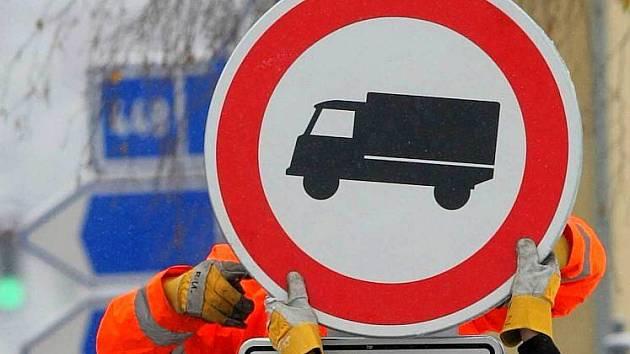 Zákaz vjezdu vozidel těžších 12 tun