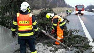 Sobota 17. března 2018. Hasiči odstraňují následky silného větru v Olomouckém kraji