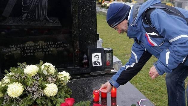 U hrobu Jana Opletala v Nákle na Olomoucku se ve středu odpoledne v sychravém počasí sešla desítka lidí z Lékařské fakulty Univerzity Palackého a olomouckého Sokola.