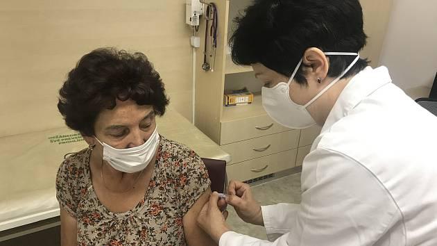 Očkování proti chřipce. Praktická lékařka z Bohuňovic Jarmila Ševčíková aplikuje dávku jednaosmdesátileté pacientce. 14. září 2020