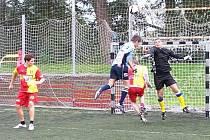 Atletico Bystrovany (světle modré dresy) vs. FC Hněvotín (žlutočervené dresy).