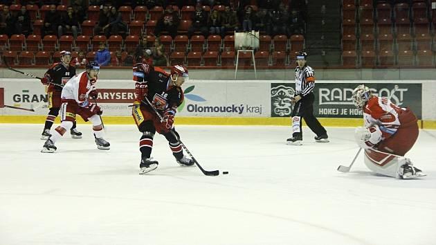 Hokejisté Mory (v bílém) v domácím zápase 11. kola extraligy proti Mountfieldu.