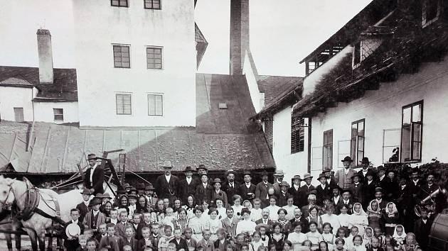 SLADOVNA S PALÍRNOU V 1933. Zmínka o počátcích budovy se nedochovala, ale již vroce 1710 představoval užitek zní 731 zlatých. Od roku 1850 byla vmajetku židovské rodiny Wintrů, kteří téměř všichni zahynuli ve druhé světové válce vkoncentračních tábore