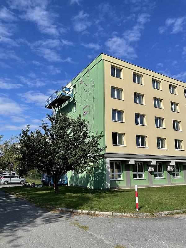 Na budovách kolejí Gen. Svobody v Olomouci vznikají velkoprostorové malby. Tvůrci jsou Fat Heat a Vidam, 21. září 2021