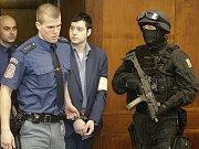 Kevina Dahlgrena přivádí do jednací síně Vrchního soudu v Olomouci