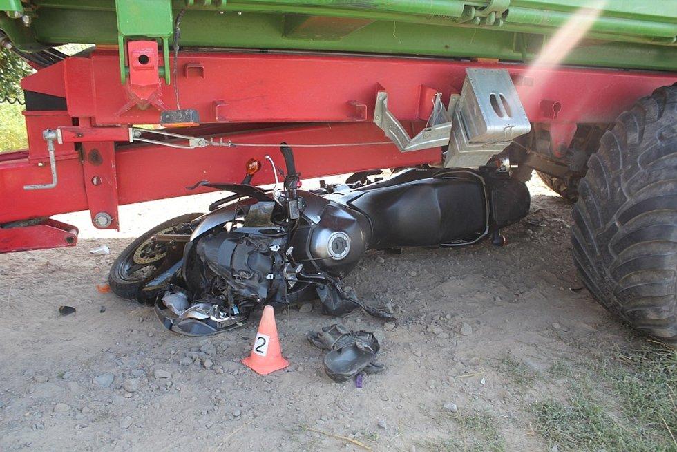 U Paseky skončil motorkář pod koly traktoru.